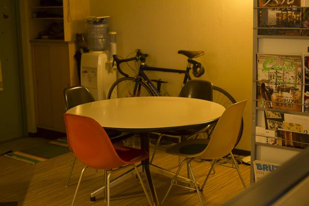 食事をするスペース。ここで打合せもします。円卓は誰も隅っこに追いやられないのでいいです。