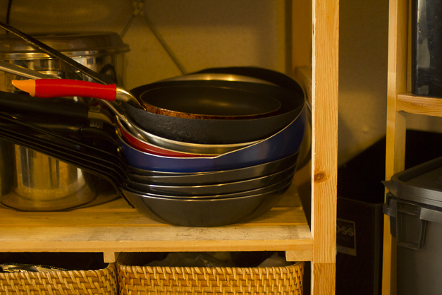 フライパンは基本的に鉄の軽めのものを使っています。テフロンもデリケートな食材に火を入れる時にはよくつかいます。