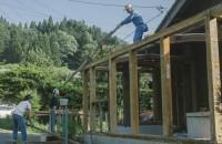 昨日の作業は不要になる部分の屋根を壊して梁を下ろす作業でした。